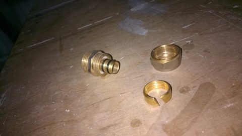 Уплотнение соединения обеспечивается кольцами на штуцере фитинга