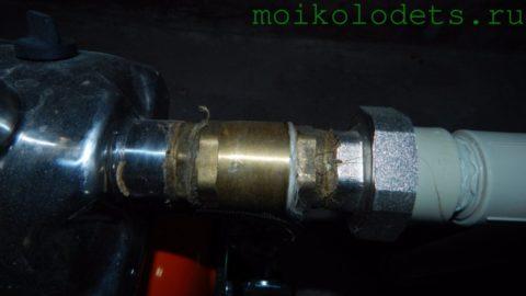 Второй обратный клапан стоит перед всасывающим патрубком насоса