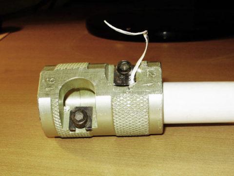 Алюминиевая фольга должна быть зачищена наконце трубы перед еесваркой сфитингом