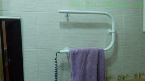 На фото — электрический полотенцесушитель в доме автора. Потребляемая мощность — 40 Вт