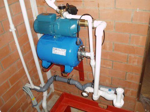 Обслуживающая скважину насосная станция установлена вкоттедже