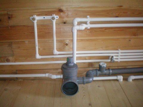Открытаяразводка водоснабжения вдеревянном доме