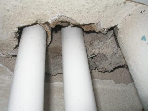 Правильная замена стояков: трубы пропущены через перекрытие