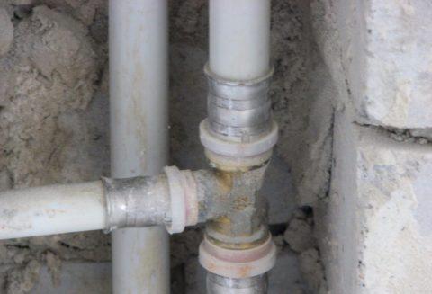 Соединение металлопластиковых стояков с подводками выполнено пресс-фитингами