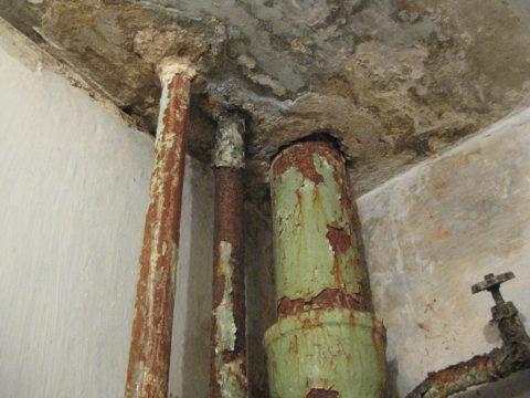 Типичное состояние стояков изчерной стальной трубы