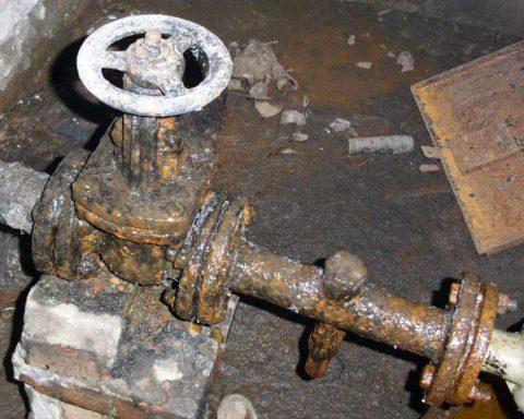 Типичное состояние водопровода из черной стальной трубы