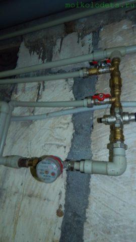 В ввод водоснабжения сразу после счетчика врезана подводка к заливному клапану
