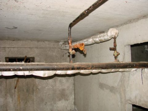 Запорная арматура на водоснабжении в подвале