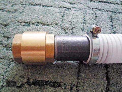 Клапан на всасывающем шланге не даст воде вылиться из гидроаккумулятора