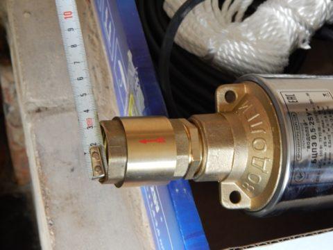 Клапан установлен навыходе погружного насоса