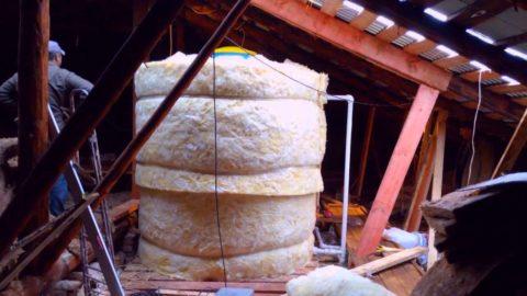 Утепленный бак установлен в помещении холодного чердака