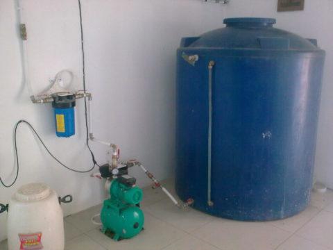 Вода из установленного в подвале бака подается в водопровод насосной станцией