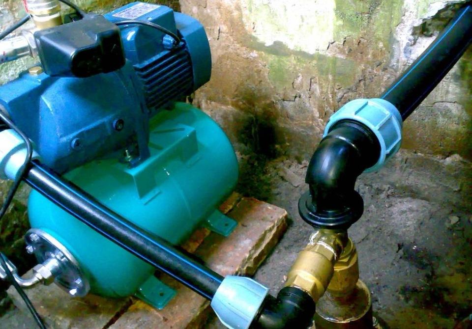 Полиэтиленовые трубы для станции водоснабжения соединяются компрессионными фитингами