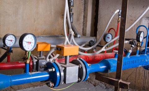 На фото — прибор учета с датчиками давления на подаче и обратке ГВС