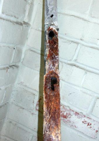 На фото — стальная труба после 20 лет службы на холодной воде