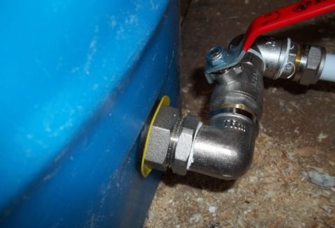 На врезке бака установлен отсекающий его от водопровода шаровый кран