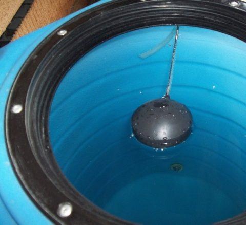 Поплавковый клапан автоматически наполняет бак при подаче воды