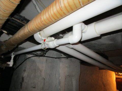 Через сбросник можно слить воду для ремонта розлива