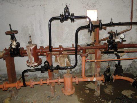 Черные трубы — врезки тупиковой системы ГВС в подачу и обратку теплосети