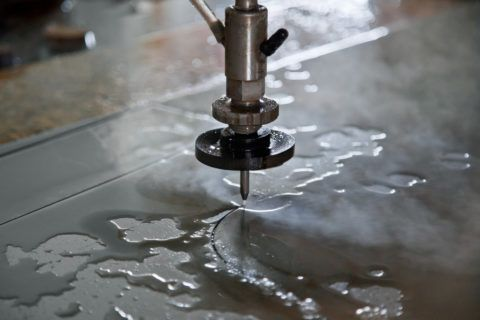 На фото — процесс гидроабразивной резки металла