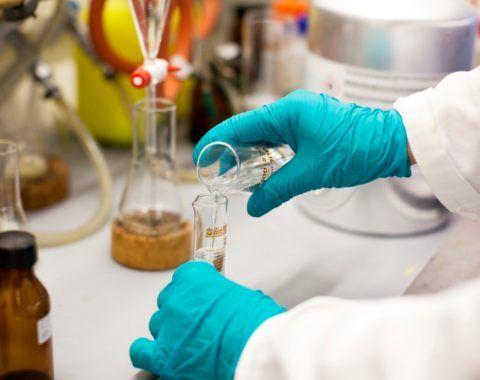 На фото лаборант определяет качество воды