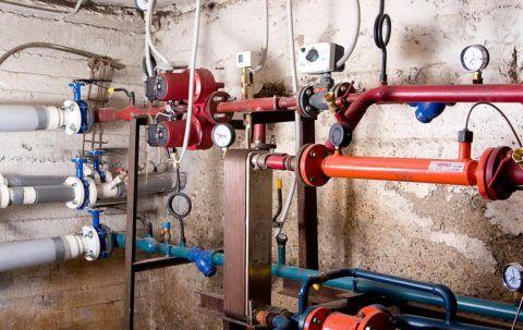 На фото общедомовой узел учёта воды в многоэтажке