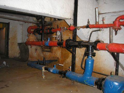 Открытое теплоснабжение: элеваторный узел с отводами, через которые запитано домовое ГВС