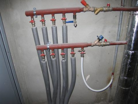 Подачу воды на любой сантехприбор можно оперативно отключить из коллекторного шкафа