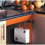 Проточный водонагреватель в шкафчике под мойкой