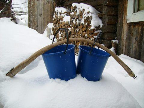 Чтобы натаскать воду ведрами, потребуется немало сил и времени