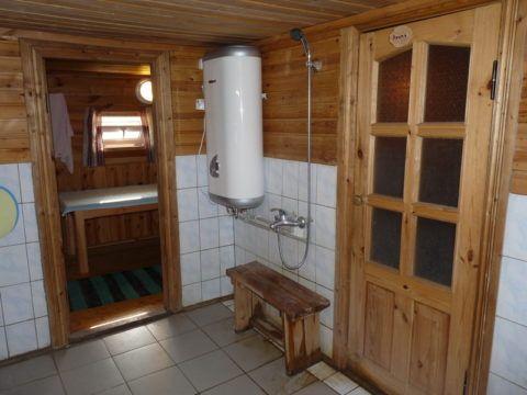 Наличие отопления в бане позволит обустроить её с максимальным комфортом