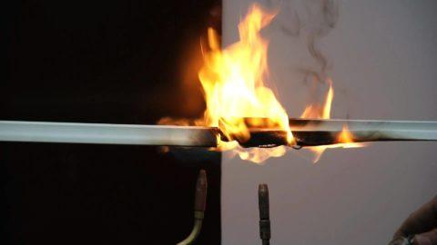 Поливинилхлорид горит в пламени ацетиленовой горелки