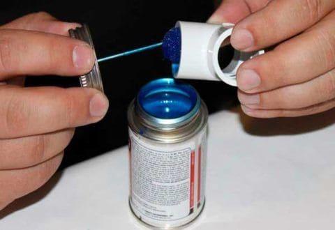 Производители часто комплектуют банку с клеем кистью
