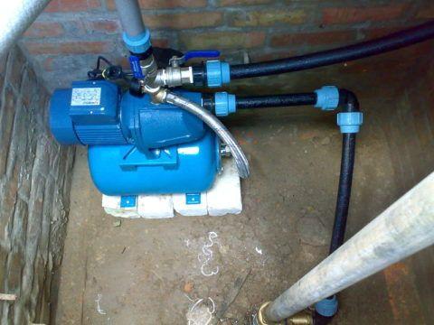 Установленная в кессоне скважины насосная станция водоснабжения: монтаж всасывающей трубы и ввода воды в дом выполнен на компрессионных фитингах