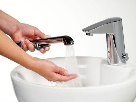 На первый взгляд назначение регулятора непонятно, мы и так настраиваем нужную температуру воды из крана смесителем…