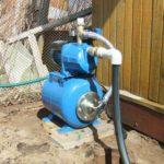 Деревянные дома: водоснабжение при помощи насосной станции, размещенной на улице