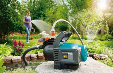 Для полива удобнее использовать отдельный насос, так как его применение ограничено продолжительностью теплого сезона