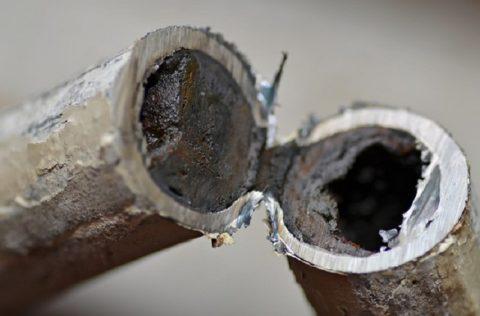 Состояние металлических труб после нескольких лет эксплуатации
