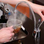 Если вода нецентрализованного водоснабжения достаточно чистая, набирать воду на чай можно прямо из крана
