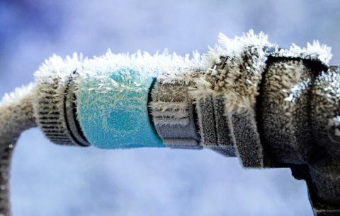 Не утеплив трубы, зимой можно остаться без воды