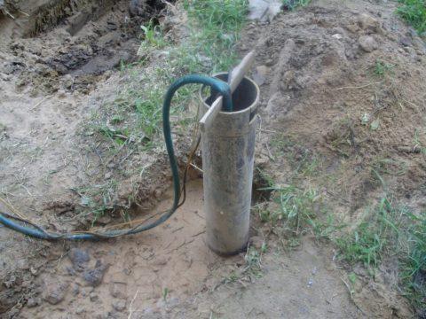 Установленная в скважину обсадная труба