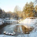 От сезона (таяние снега весной, жара и засуха летом)
