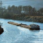 От судоходности реки или озера, наличия общественных пляжей и водопоев для животных