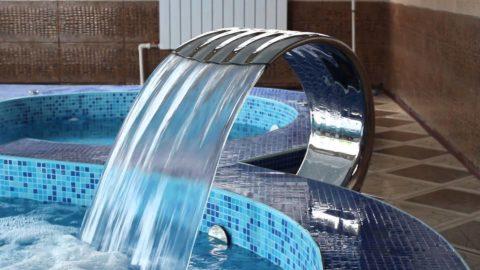 Подача воды в бассейн из водопада