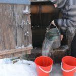 Подъем воды из колодца может осуществляться вручную