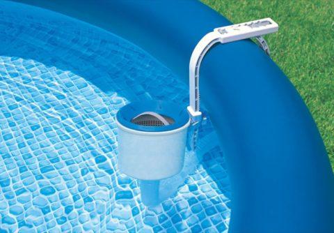 Скиммером может оснащаться и надувной или каркасный бассейн