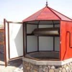 Металлический домик с обшивкой кровельной жестью