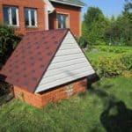 «Стенки» домика из кирпича, крыша из сайдинга и битумной черепицы